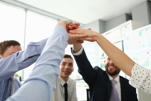 Lavoratori del gruppo di unità nella riunione in ufficio.