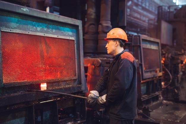 Lavoratori nell'acciaieria.