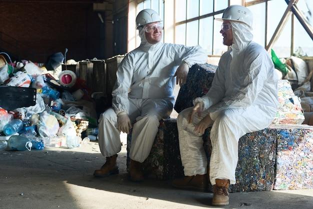 Lavoratori nell'officina di trattamento dei rifiuti