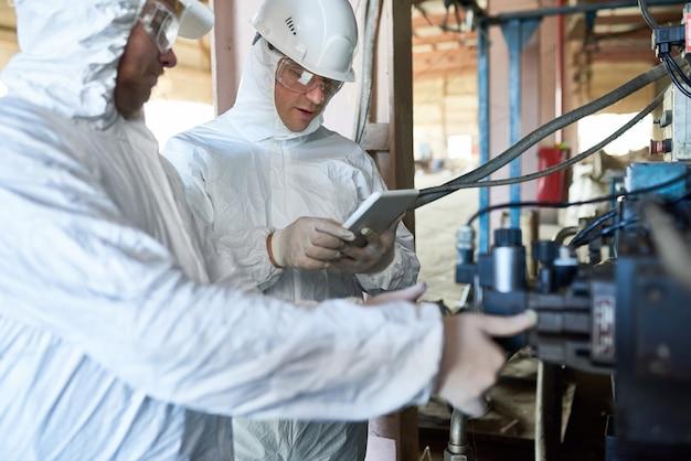 Lavoratori nella fabbrica a rischio biologico