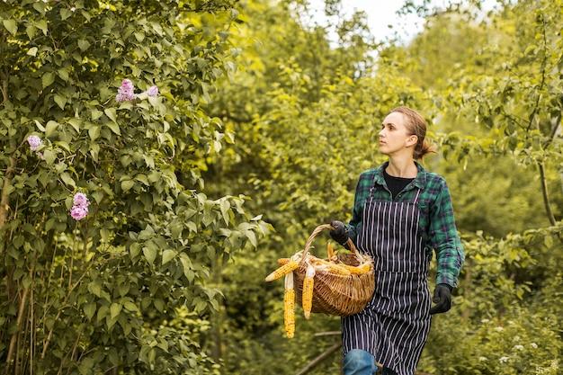 Lavoratrice agricola con un cestino