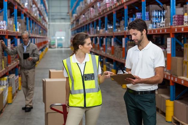 Lavoratrice e maschio che interagiscono mentre lavorando
