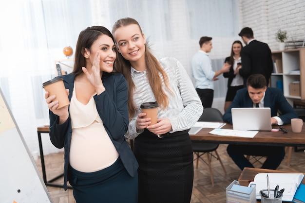 Lavoratrice incinta comunicare con l'ufficio dei colleghi