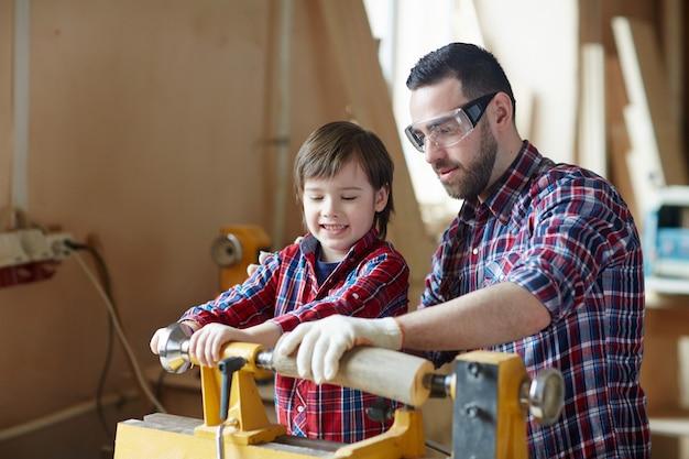 Lavorazione del legno con il padre