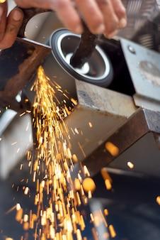 Lavorazione del metallo di finitura su smerigliatrice di superfici orizzontali con scintille volanti