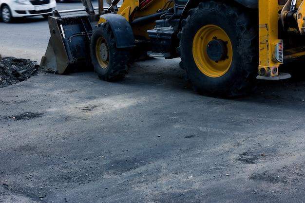 Lavori di costruzione su strada. bulldozer giallo. copyspace