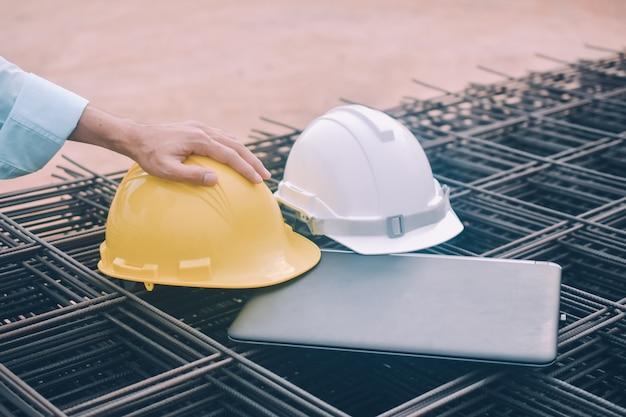 Lavori di ispezione del taccuino del computer della tenuta della costruzione di ingegneria al progetto di costruzione della proprietà