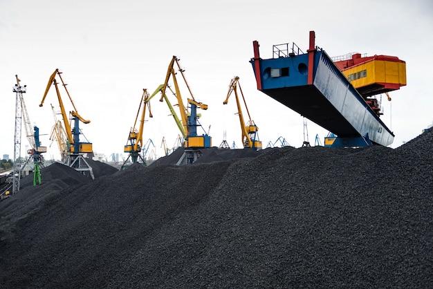 Lavori nel terminal di trasbordo di carbone portuale.