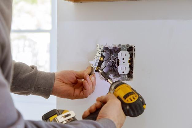 Lavori su installazione di prese elettriche.