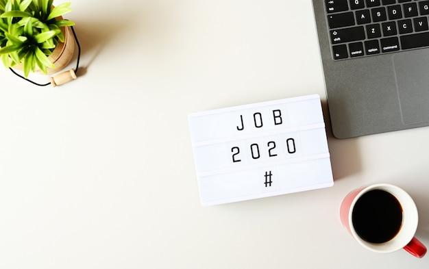 Lavoro 2020 testo sulla composizione lightbox sul tavolo bianco