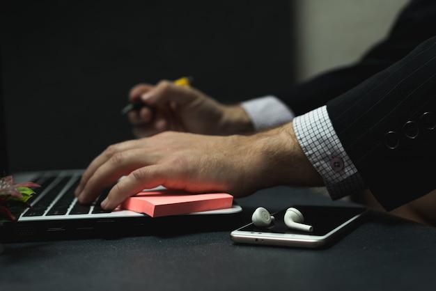 Lavoro a distanza a casa, immagine ravvicinata di un giovane manager maschio professionale con un computer portatile.