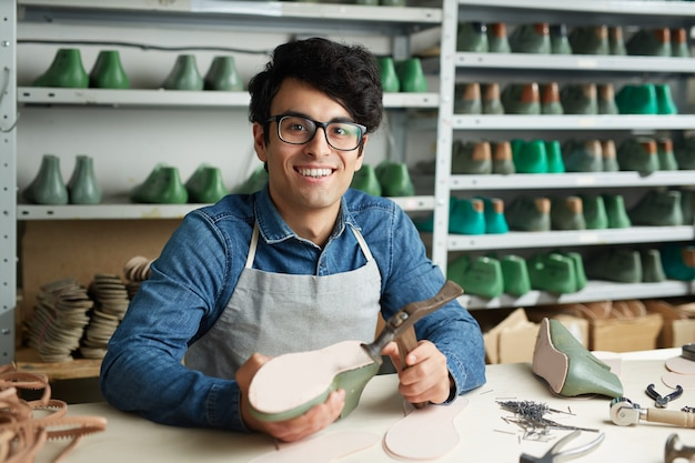 Lavoro del riparatore di calzature