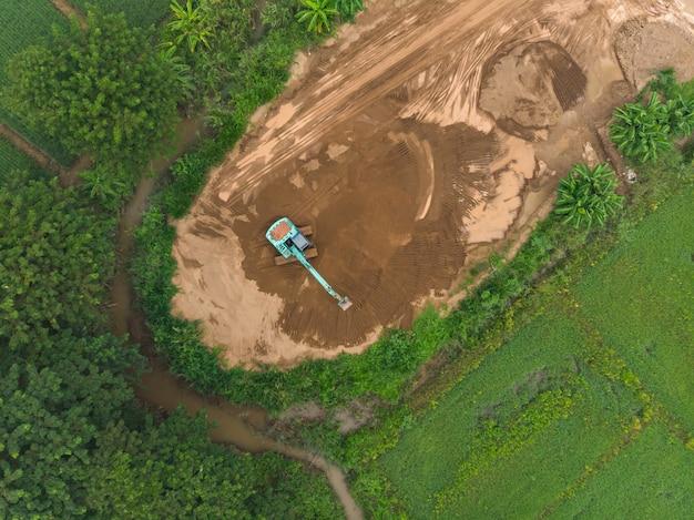 Lavoro dell'operatore dell'escavatore a cucchiaia rovescia
