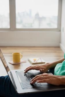 Lavoro di blogger di editing ad alto angolo