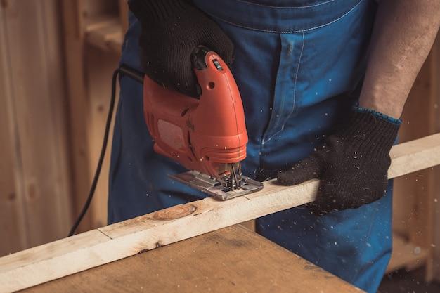 Lavoro di falegname con sega circolare per taglieri