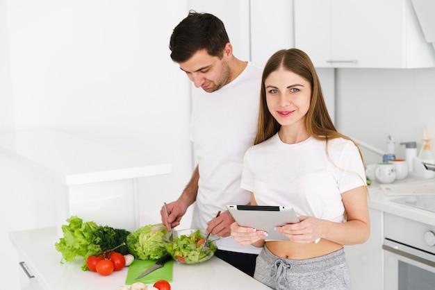 Lavoro di gruppo di coppia in cucina