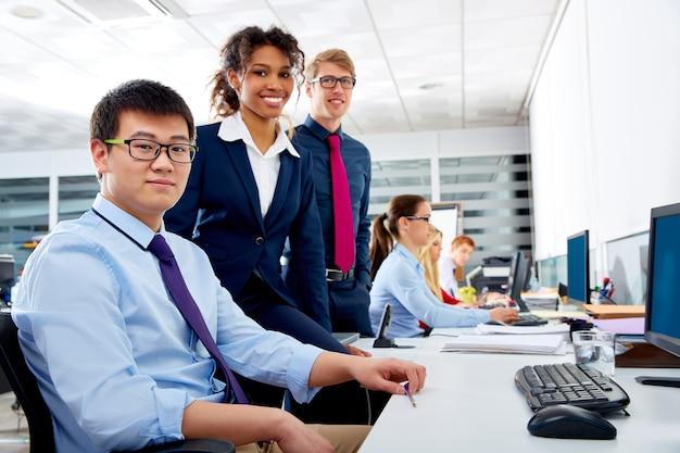 Lavoro di gruppo multi etnica squadra giovani business