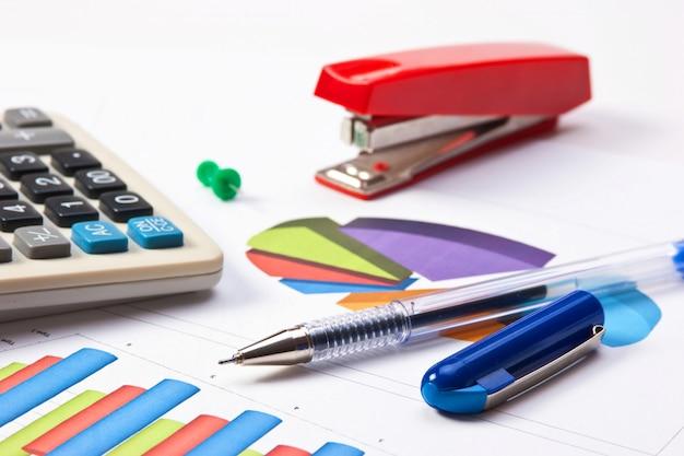 Lavoro di penna e carta con il diagramma