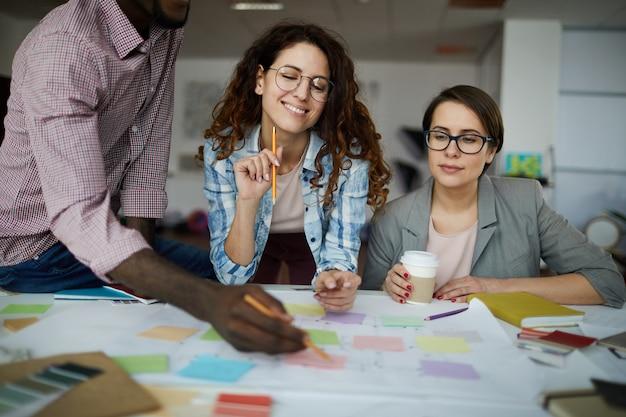 Lavoro di pianificazione della squadra di affari contemporanei