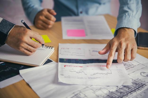 Lavoro di squadra con analisi delle finanze