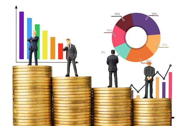 Lavoro di squadra dell'uomo di affari sul grafico del grafico della moneta di oro