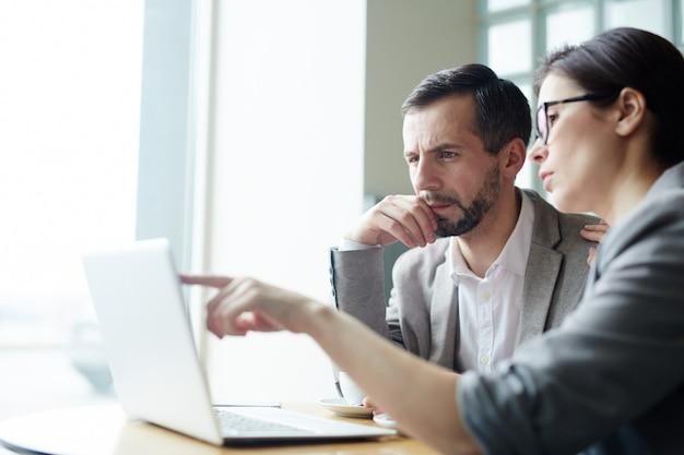 Lavoro di squadra di analisi online