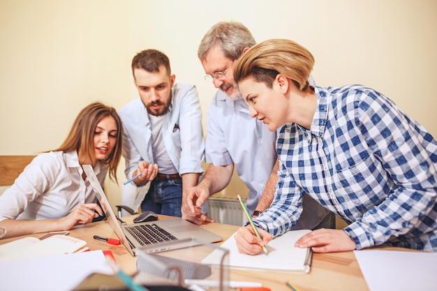 Lavoro di squadra. persone che lavorano con un nuovo progetto in ufficio