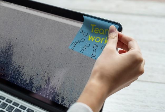 Lavoro di squadra scritto su una nota adesiva