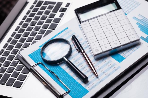 Lavoro di ufficio con lente d'ingrandimento e articoli di cancelleria