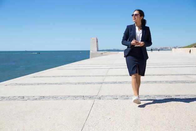 Lavoro di ufficio positivo che ammira vista sul mare