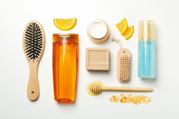 Lay piatto con cosmetici e ingredienti naturali su sfondo bianco