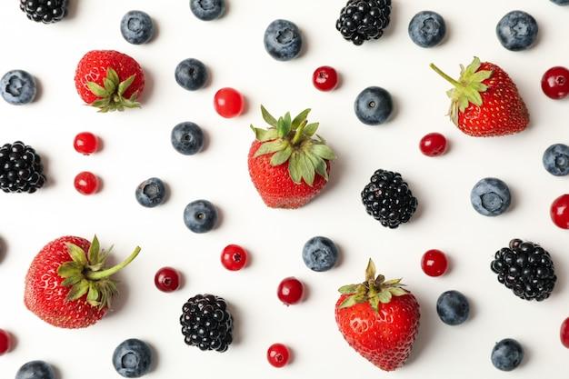 Lay piatto con frutti di bosco freschi, vista dall'alto