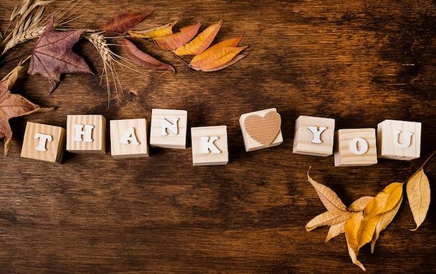 Lay piatto del messaggio per il ringraziamento con foglie di autunno