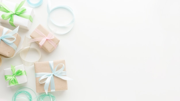 Lay piatto del presente con copia spazio e nastro