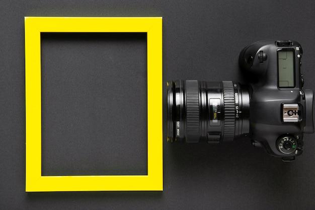 Lay piatto della fotocamera e cornice con spazio di copia