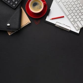 Lay piatto della scrivania con tazza di caffè e agenda