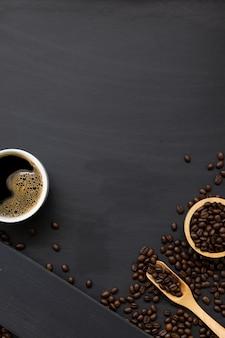 Lay piatto di chicchi di caffè e cucchiaio di legno