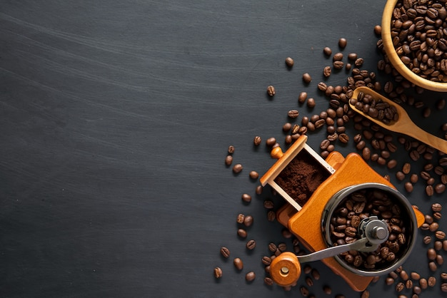 Lay piatto di chicchi di caffè e macinino
