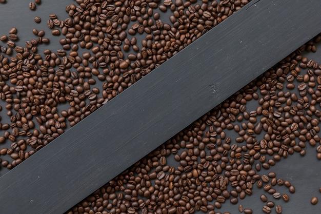 Lay piatto di chicchi di caffè separati