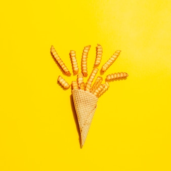 Lay piatto di cono con patatine fritte