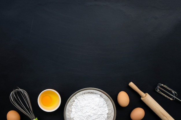 Lay piatto di cottura e cottura degli ingredienti