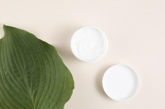 Lay piatto di crema e foglie