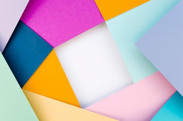 Lay piatto di forme colorate di carta geometrica