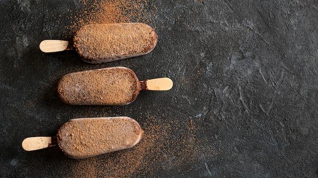 Lay piatto di gelato al cioccolato con cacao in polvere e copia spazio