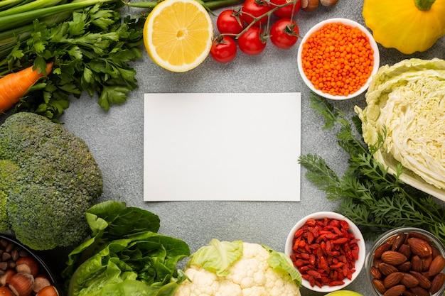 Lay piatto di generi alimentari con spazio di copia