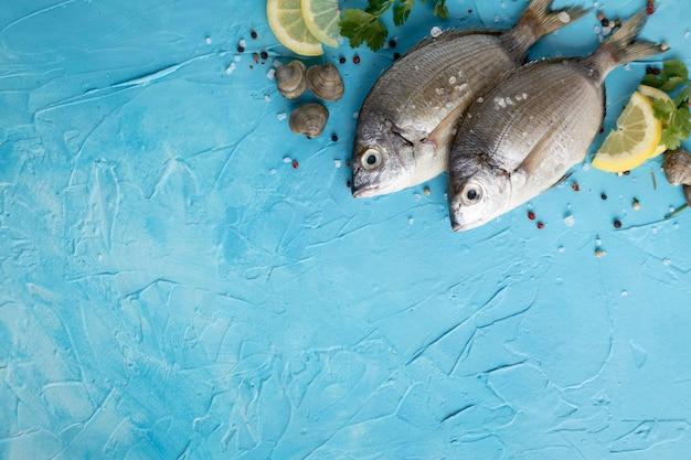Lay piatto di pesce con limone e spazio di copia