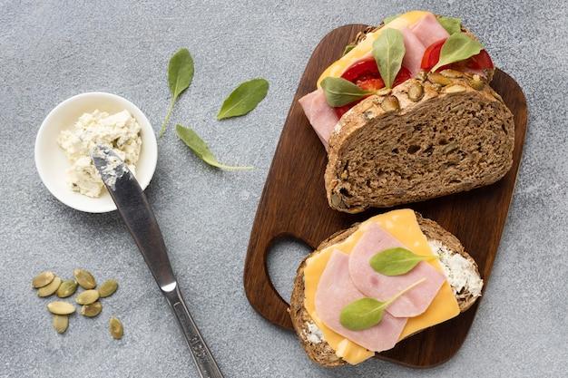 Lay piatto di pomodori e pancetta sandwich