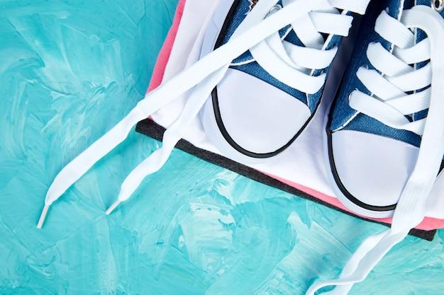 Lay piatto di scarpe da ginnastica femminili e tee