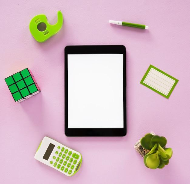 Lay piatto di scrivania organizzata e tablet