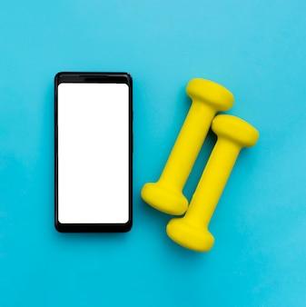 Lay piatto di smartphone con pesi